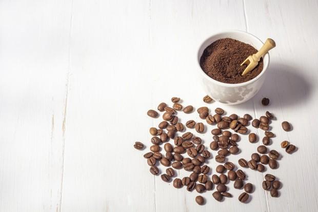 campuran kopi giling halus, gliserin (atau coba shea butter, minyak jojoba, cocoa butter, minyak alpukat), clay bentonit, dan gula dapat digunakan sebagai scrub alami untuk merawat wajahsedikit air lemon