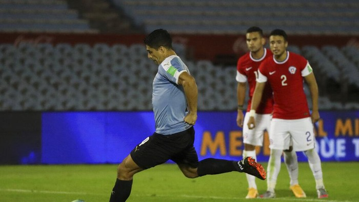 Uruguays Luis Suarez scores from the penalty point the opening goal during a qualifying soccer match for the FIFA World Cup Qatar 2022 against Chile at the Centenario stadium in Montevideo, Uruguay, Thursday, Oct. 8, 2020. (Raul Martinez/Pool via AP)