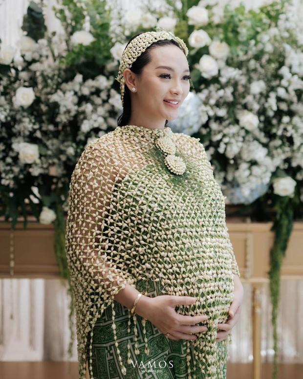 Saat prosesi siramannya ini Zaskia dan sang suami memakai prosesi adat. Mereka pun memilih menggunakan adat Sunda untuk acara siramannya ini.