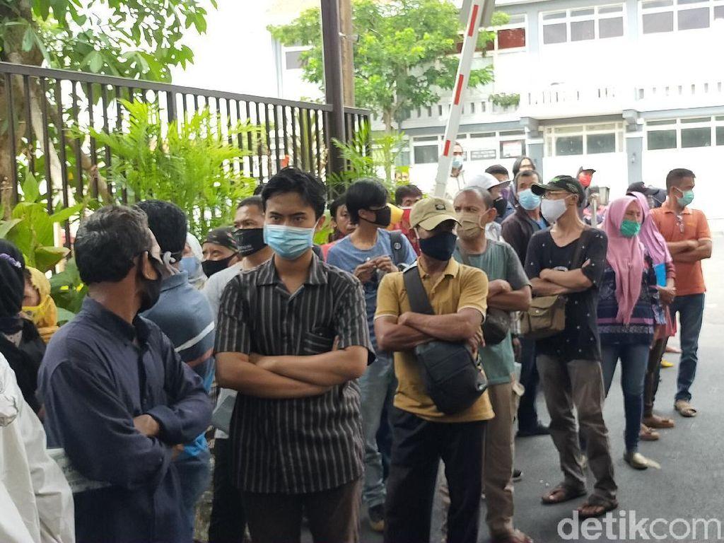 Puluhan Orang Tua Jemput Anaknya yang Ditahan di Polrestabes Surabaya