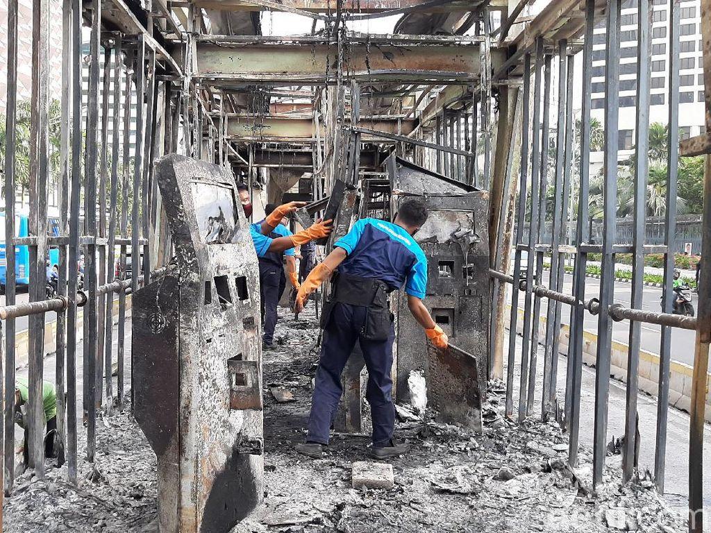 Petugas Bersihkan Halte TransJ Tosari yang Dibakar Massa Demo Omnibus Law
