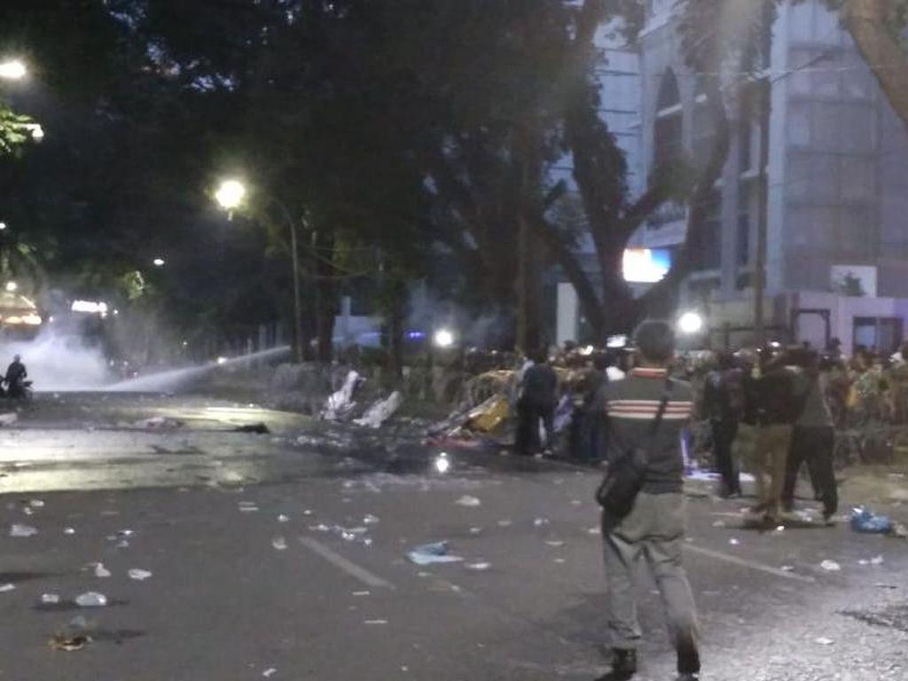 Jelang Malam, Polisi Tembakkan Gas Air Mata Bubarkan Pendemo di DPRD Sumut
