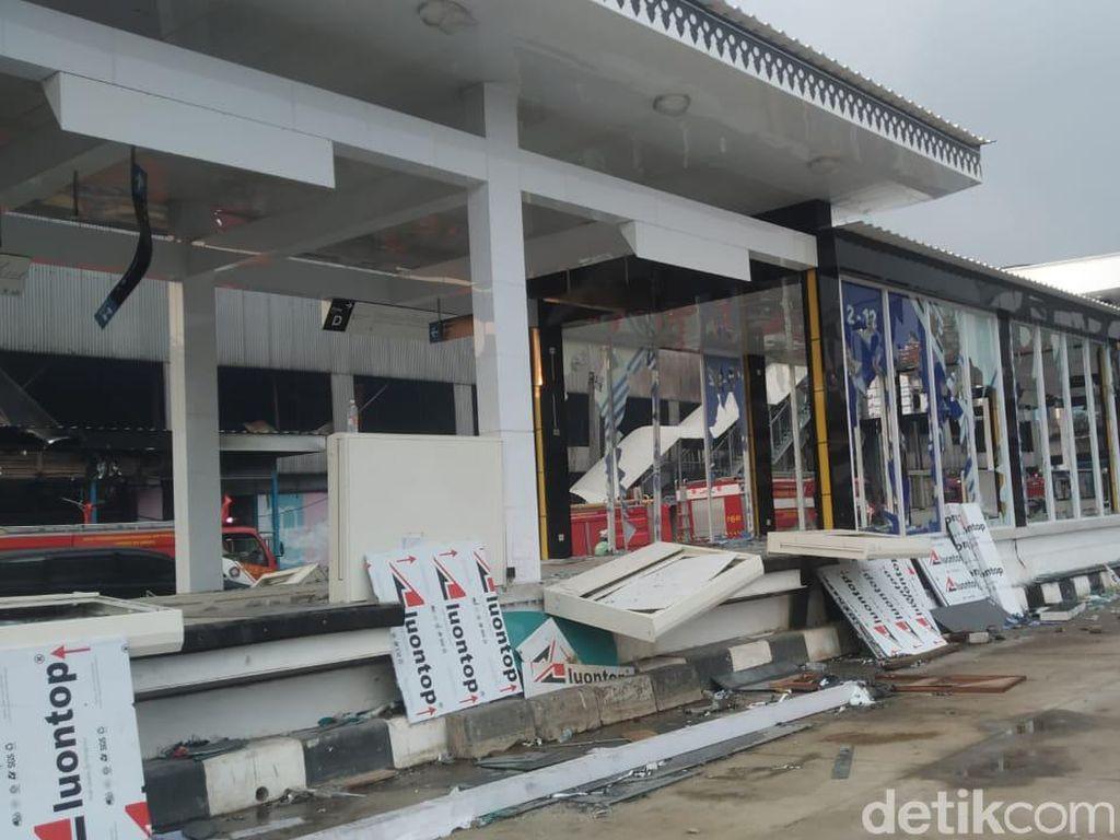 Penampakan Halte TransJakarta Senen-Grand Theater Usai Dibakar Massa Rusuh