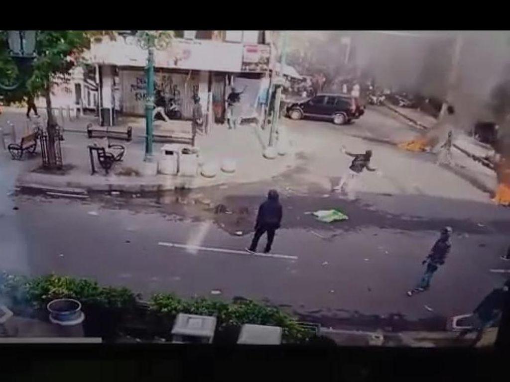 Rekaman CCTV Lemparan Diduga Molotov ke Arah Resto Legian Malioboro