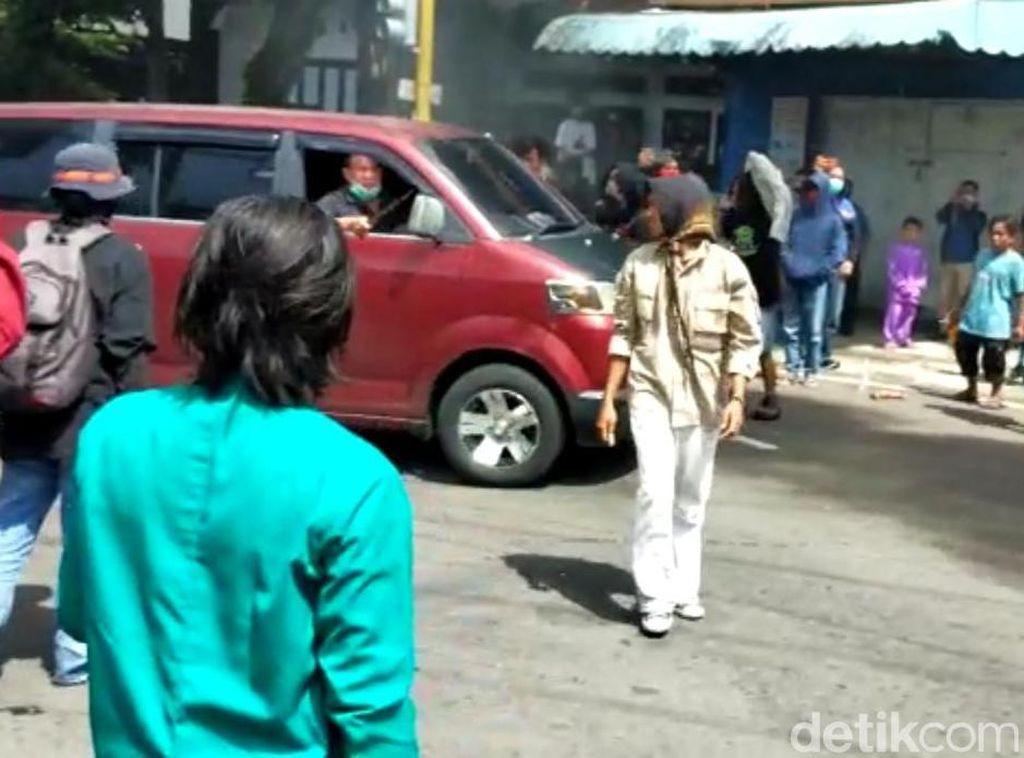Terhalang Demo, Sopir Mobil Ini Terobos Massa dan Acungkan Parang