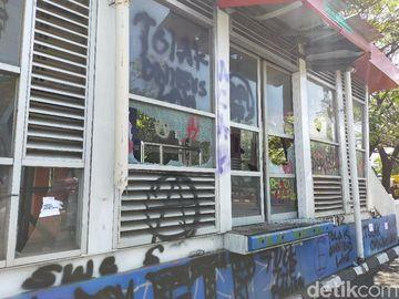 Sisa Ricuh Tolak Omnibus Law di Makassar: Halte-Videotron Rusak