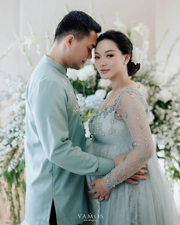 Pasangan Zaskia Gotik dan Sirajuddin terlihat tampil kompak dan mesra saat menjalani prosesi siraman.