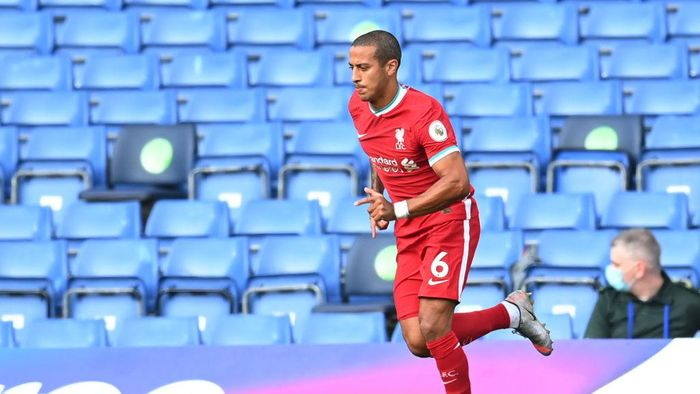 LONDON, ENGLAND - SEPTEMBER 20: Thiago Alcantara of Liverpool makes his way onto the pitch after half time during the Premier League match between Chelsea and Liverpool at Stamford Bridge on September 20, 2020 in London, England. (Photo by Michael Regan/Getty Images)