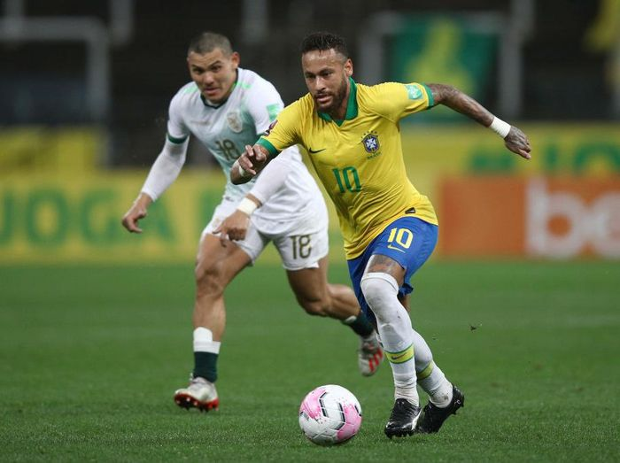SAO PAULO, BRAZIL - OCTOBER 09: Neymar Jr. of Brazil fights for the ball with Fernando Saldias of Bolivia during a match between Brazil and Bolivia as part of South American Qualifiers for Qatar 2022 at Neo Quimica Arena on October 09, 2020 in Sao Paulo, Brazil. (Photo by Buda Mendes/Getty Images)
