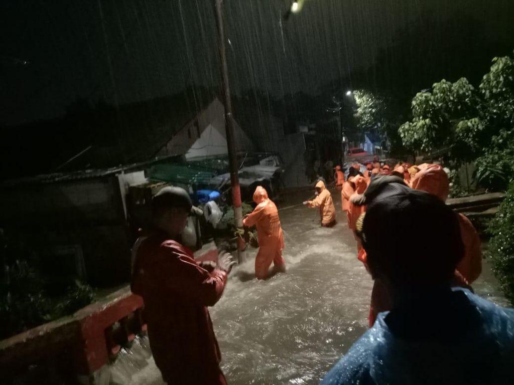 Video Penampakan Banjir Disertai Tanah Longsor di Ciganjur Jaksel