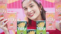 Cantiknya Chelsea Islan Saat Minum Kopi dan Makan Es Krim