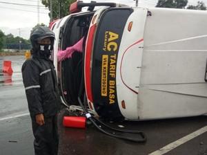 Bus Berisi 11 Orang Terguling di Tulungagung
