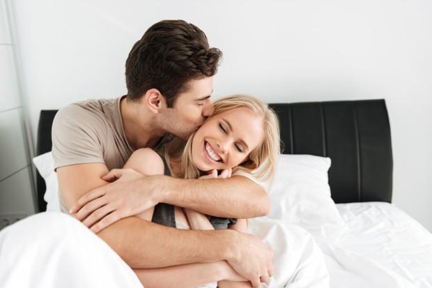 Seks yang rutin akan membangun keterbukaan dan kedekatan. Ingatlah bahwa komunikasi di luar kamar tidur merupakan bagian penting dari seks itu sendiri.