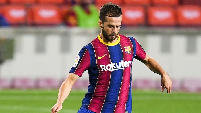BARCELONA, SPAIN - OCTOBER 04: Miralem Pjanic of FC Barcelona controls the ball during the La Liga Santander match between FC Barcelona and Sevilla FC at Camp Nou on October 04, 2020 in Barcelona, Spain. Football Stadiums around Europe remain empty due to the Coronavirus Pandemic as Government social distancing laws prohibit fans inside venues resulting in fixtures being played behind closed doors. (Photo by David Ramos/Getty Images)