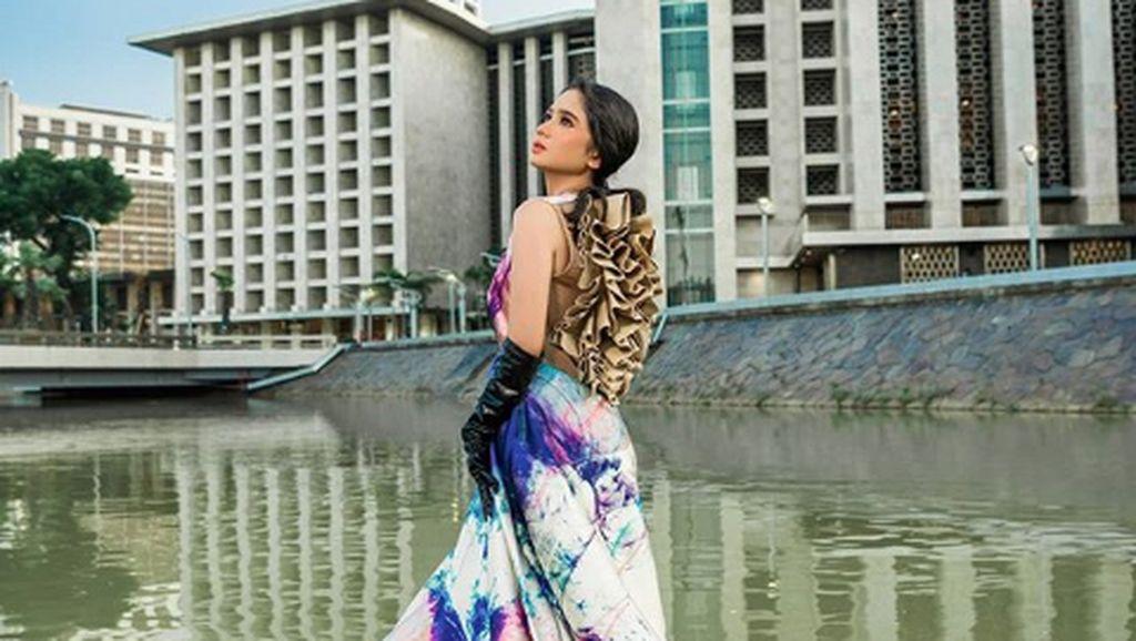 Gaya Mewah Tissa Biani Pemotretan Pakai Perhiasan Rp 5 M di Kali Ciliwung