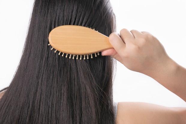 Terakhir, penggunaan condisioner bisa membuat rambutmu tampak lebih berkilau. Hal ini dikarenakan condisioner mampu memberikan