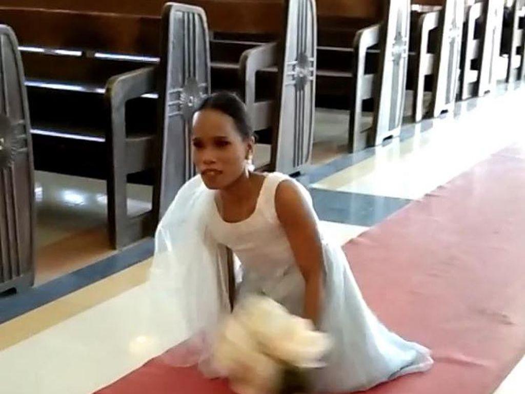 Menyentuh, Momen Pengantin Wanita Tanpa Kaki Susuri Altar Pernikahan Sendiri