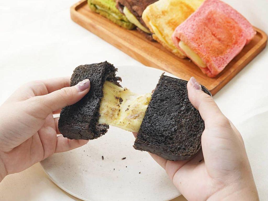 Di 5 Tempat Ini Bisa Ngemil Roti Bakar Hitam yang Unik