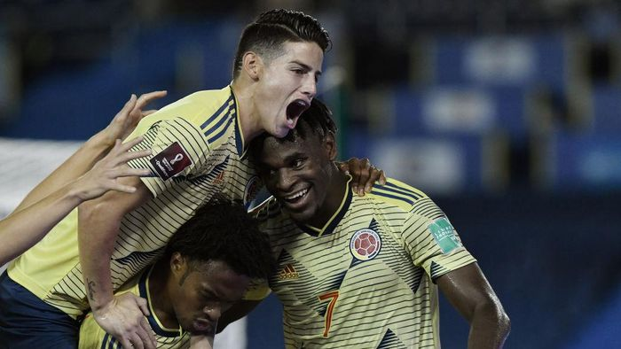 BARRANQUILLA, COLOMBIA - OCTOBER 09: Duván Zapata of Colombia celebrates after scoring the first goal of his team with teammate Juan Cuadrado and James Rodríguez during a match between Colombia and Venezuela as part of South American Qualifiers for Qatar 2022 at Estadio Metropolitano on October 09, 2020 in Barranquilla, Colombia. (Photo by Gabriel Aponte/Getty Images)