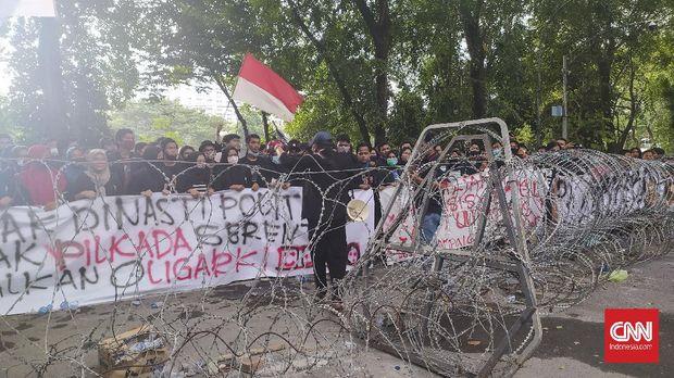 Polisi mengamankan 337 orang yang melakukan kerusuhan dalam aksi unjuk rasa menolak disahkannya Omnibus Law Cipta Kerja pada hari kedua unjuk rasa di DPRD Sumut, Jumat (9/10)
