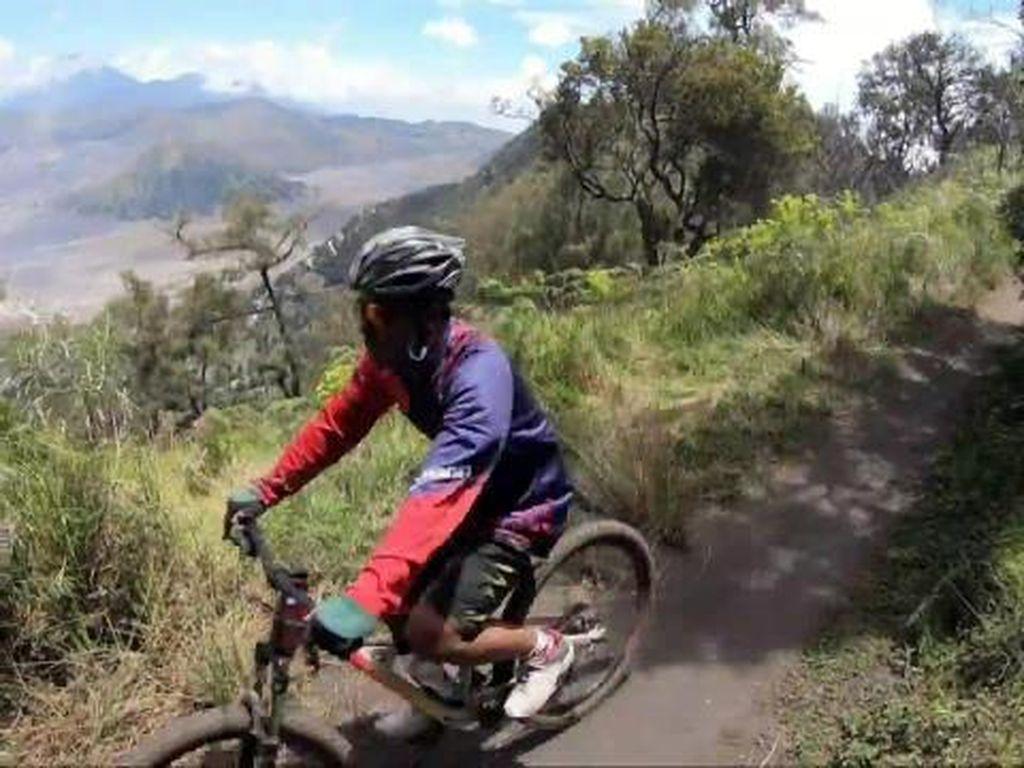 Foto: Bersepeda Menaklukkan Trek Menantang Gunung Bromo