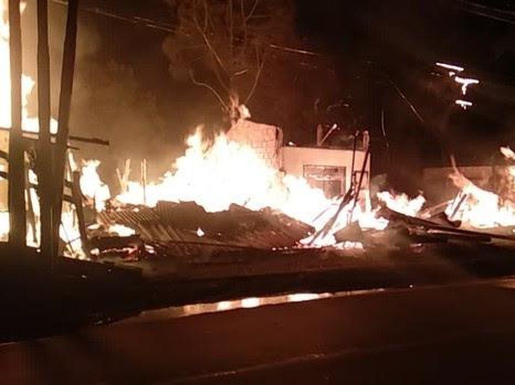 Pabrik Kayu di Samping Polsek Sukmajaya Depok Terbakar, 3 Damkar Dikerahkan