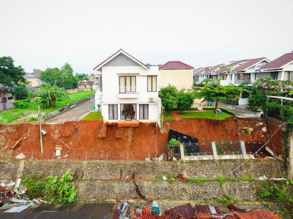 Hujan Mengguyur Berujung Longsor Bikin Rumah Melayang di Ciganjur