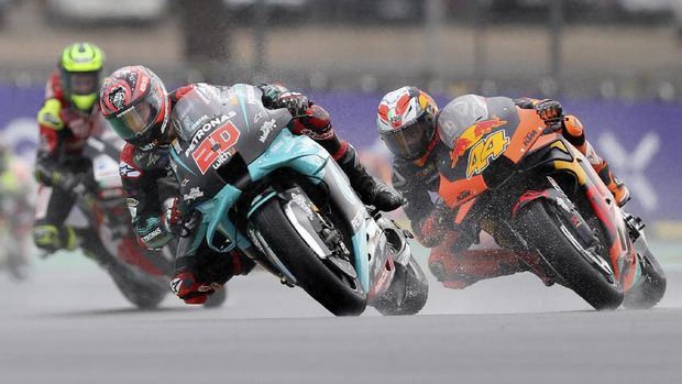 France's rider Fabio Quartararo of the Petronas Yamaha SRT steers his motorcycle followed by Spain's rider Pol Espargaro of the Red Bull KTM Factory Racing during the MotoGP race of the French Motorcycle Grand Prix at the Le Mans racetrack, in Le Mans, France, Sunday, Oct. 11, 2020. (AP Photo/David Vincent)