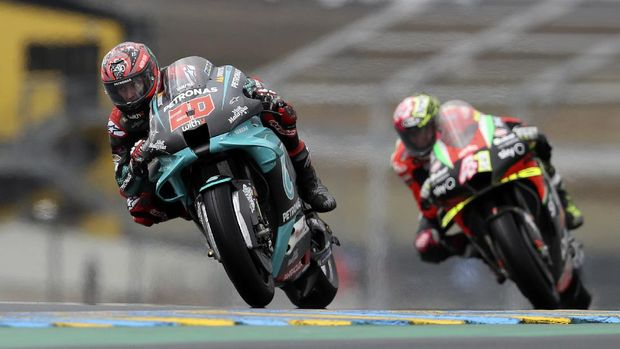 France's rider Fabio Quartararo of the Petronas Yamaha SRT steers his motorcycle followed by Spain's rider Aleix Espargaro of the Aprilia Racing Team Gresini during the MotoGP race of the French Motorcycle Grand Prix at the Le Mans racetrack, in Le Mans, France, Sunday, Oct. 11, 2020. (AP Photo/David Vincent)