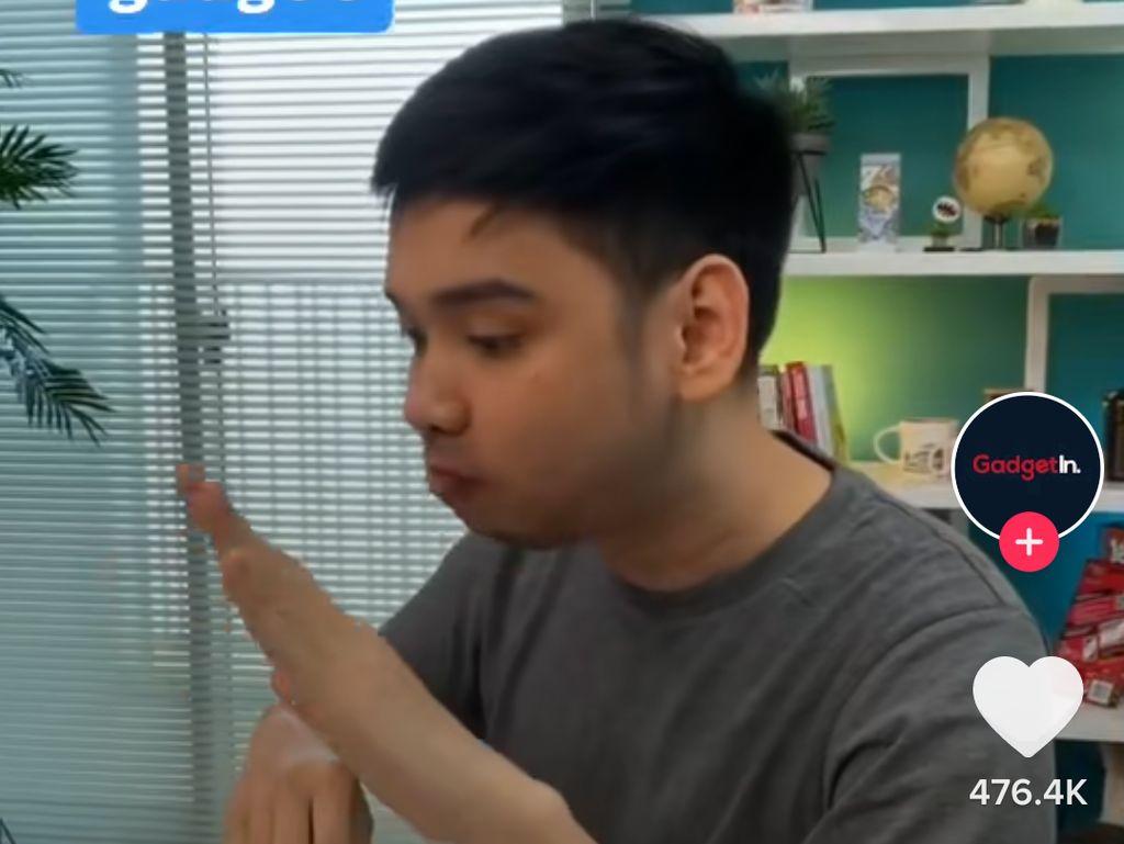 Reviewer Gadget Makan Nasi Padang, Tangannya Dikira Error