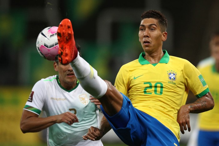 SAO PAULO, BRAZIL - OCTOBER 09: Roberto Firmino of Brazil controls the ball  during a match between Brazil and Bolivia as part of South American Qualifiers for Qatar 2022 at Neo Quimica Arena on October 09, 2020 in Sao Paulo, Brazil. (Photo by Buda Mendes/Getty Images)