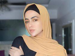 10 Gaya Hijab Sana Khan, Aktris Cantik Bollywood yang Putuskan untuk Hijrah
