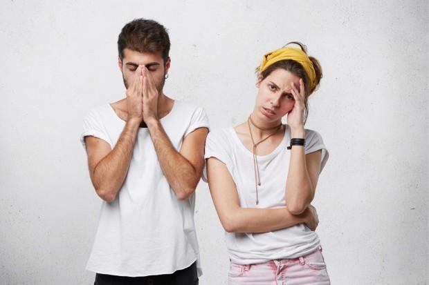 Di sini perbedaan tampak dari sikap pada satu sama lain. Satu pasangan jelas-jelas berkuasa, dan yang lain mengakomodasi lebih sedikit karena kepasifan dan lebih banyak karena rasa takut.