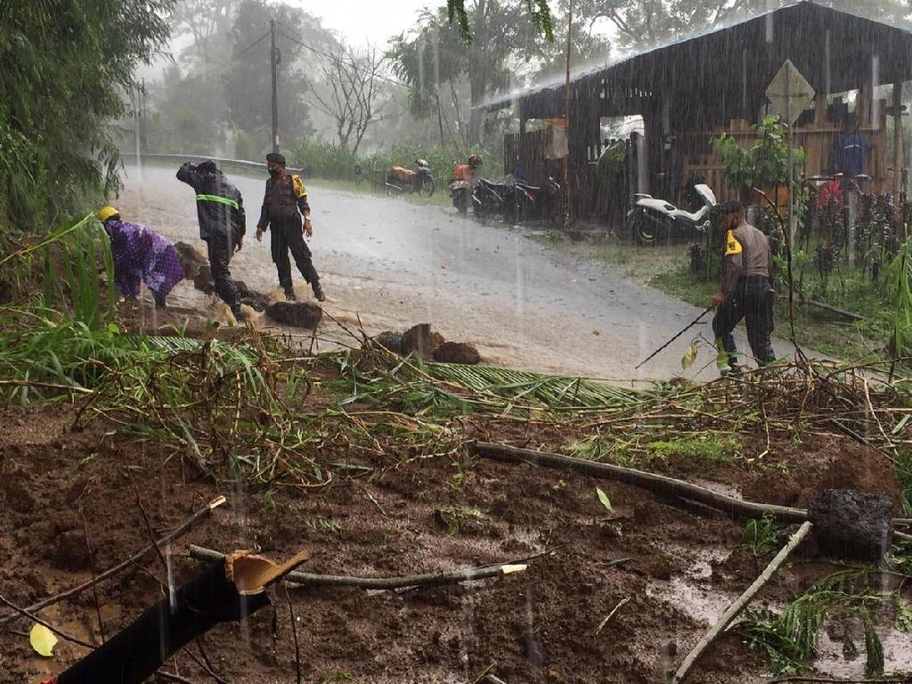 Hujan Deras di Bangli Bali, Akses Jalan Tertutup Tanah Longsor