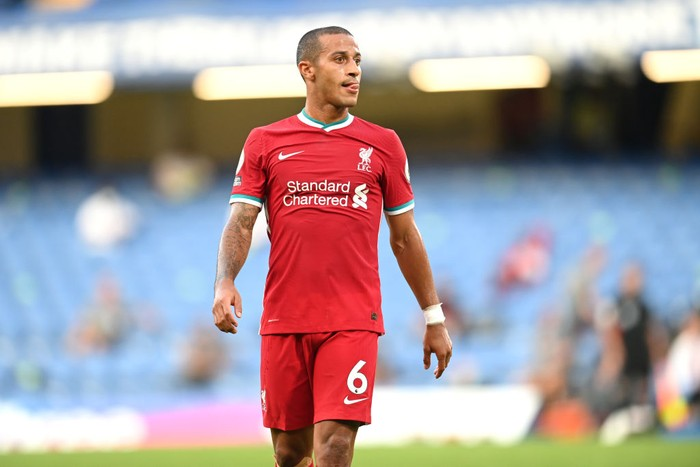 LONDON, ENGLAND - SEPTEMBER 20: Thiago Alcantara of Liverpool in action during the Premier League match between Chelsea and Liverpool at Stamford Bridge on September 20, 2020 in London, England. (Photo by Michael Regan/Getty Images)