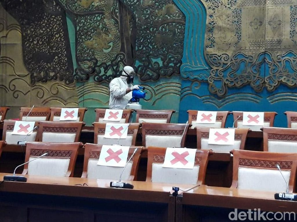 19 Dewan Positif Corona, Gedung DPR Disemprot Disinfektan