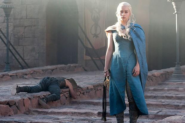 . Kamu bisa memanfaatkan momen pop-culture semaksimal mungkin dengan tampilan yang terinspirasi Daenerys Targaryen.