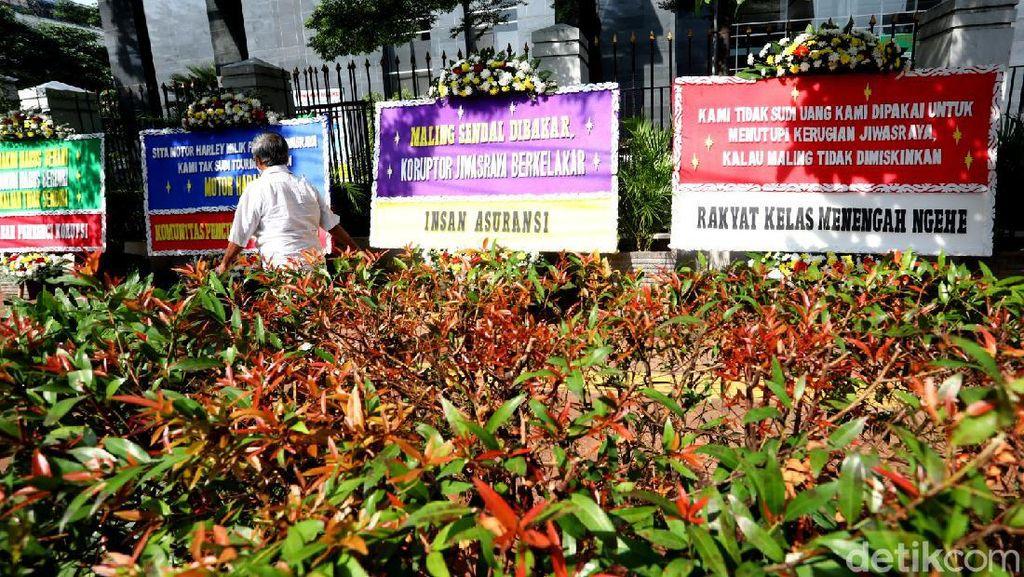 Deretan Karangan Bunga Jiwasraya Mejeng di PN Jakpus