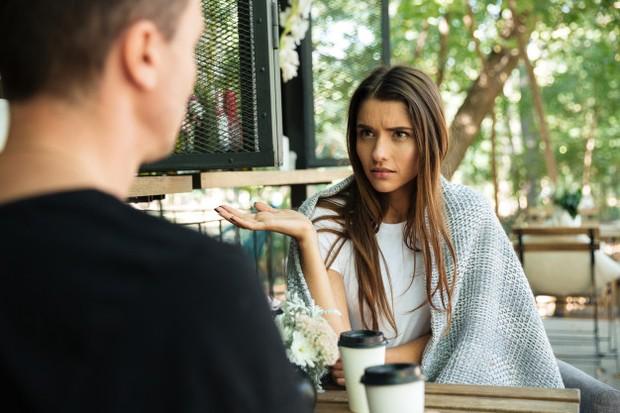 Ketika hubunganmu dan si dia sedang tidak baik-baik saja, cobalah untuk meredam emosimu dan berdiskusi dengan pasangan. Tanyakan kepada pasangan apa yang ia inginkan darimu.