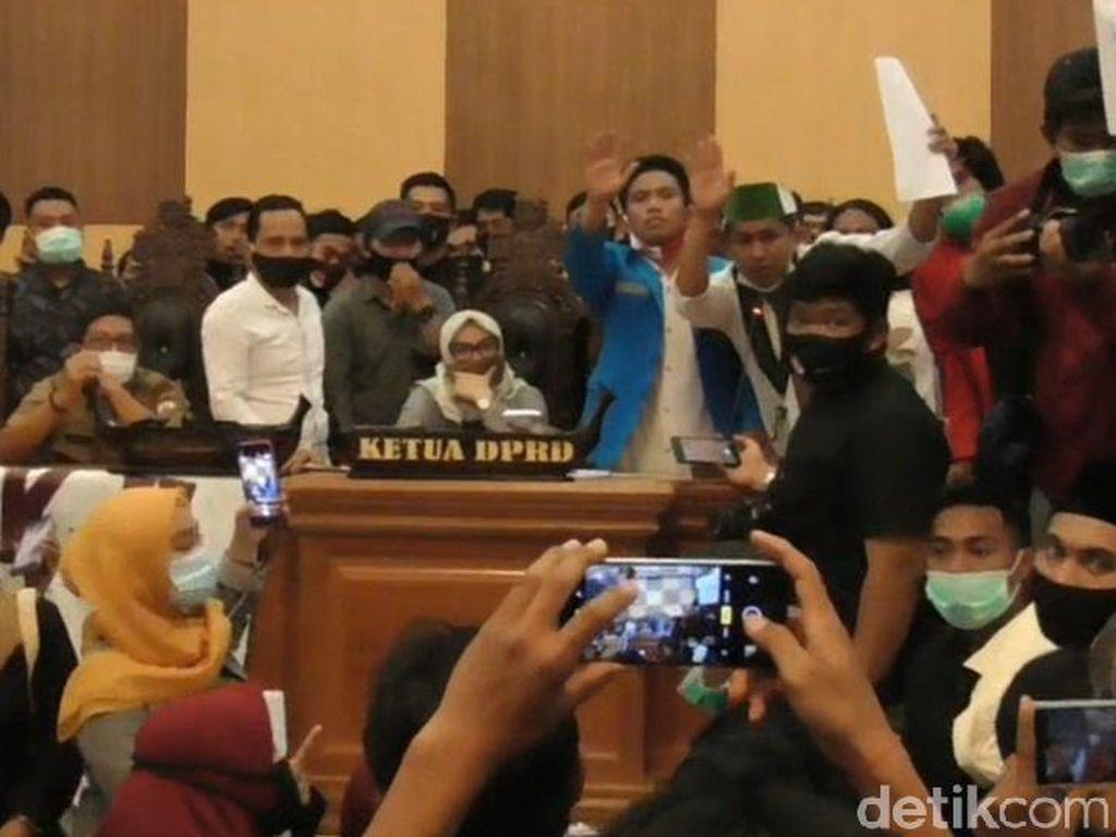 Digeruduk Massa Aksi, DPRD Sulbar Keluarkan Sikap Tolak UU Cipta Kerja