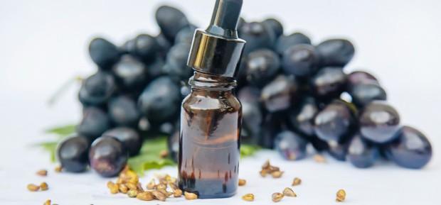 Grapeseed oil merupakan minyak yang diekstraksi dari biji anggur yang mudah menyerap ke dalam kulit sehingga membuat kulit lembut, kenyal dan lembap.