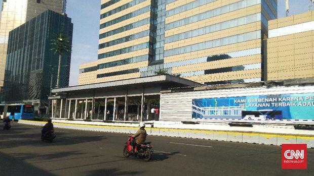 Halte Transjakarta Sarinah dan Bundaran HI di Jalan M.H. Thamrin dan Halte Tosari di Jalan Jendral Sudirman Jakarta Pusat yang sempat terbakar saat aksi demonstrasi penolakan Omnibus Law Undang-undang (UU) Cipta Kerja Kamis (8/10) lalu kini sudah mulai beroperasi kembali secara terbatas pada Senin (12/10).