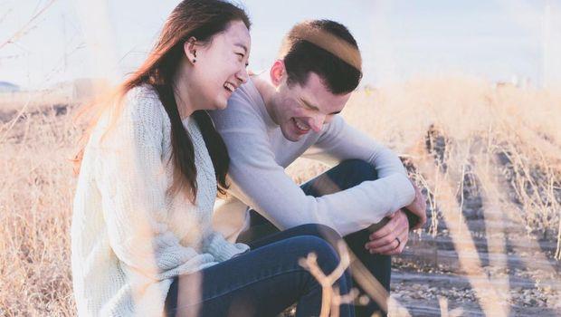 Hubungan teman rasa pacar dapat diketahui dari komunikasi yang dilakukan. Komunikasi yang intens antara kamu dan teman lawan jenismu bisa jadi tanda bahwa kamu tengah terjebak dalam hubungan teman rasa pacar.
