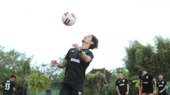 Pemain PSS Sleman, Irfan Bachdim, dalam sebuah sesi latihan.