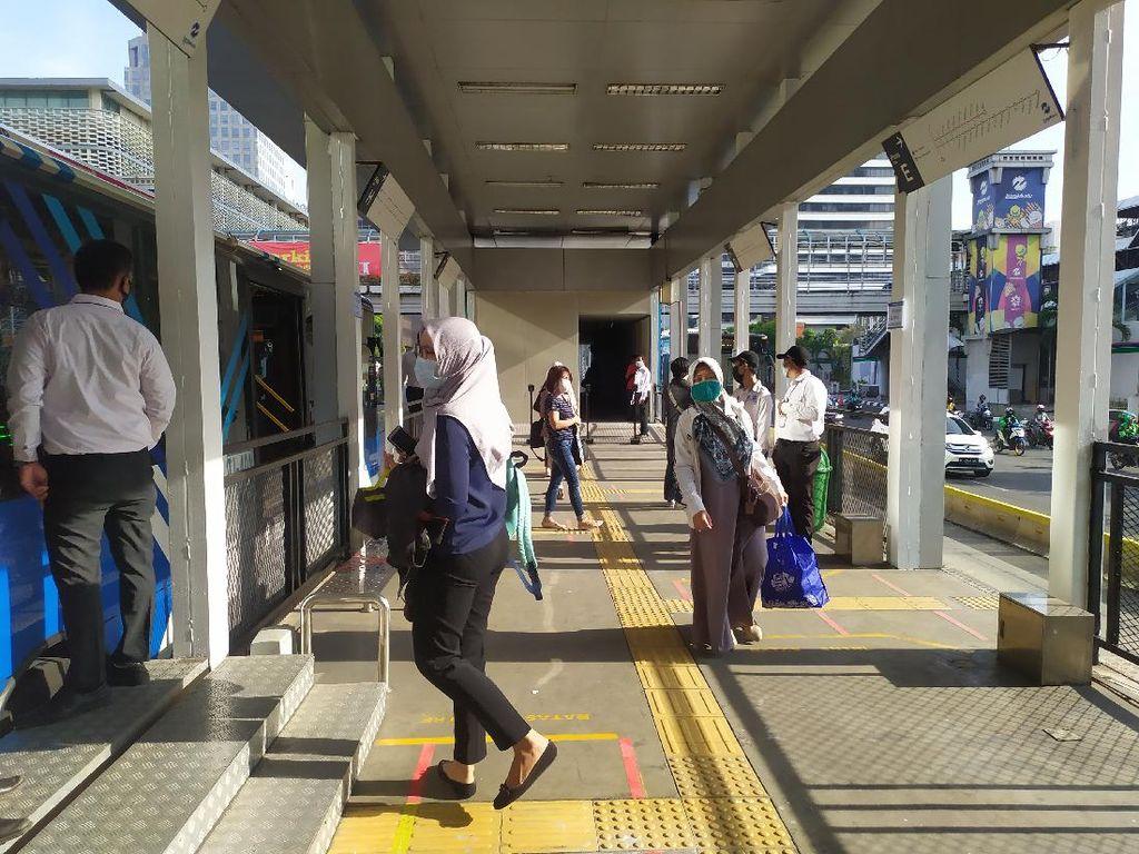 Hari Pertama PSBB Transisi, Kondisi Halte TransJ Bundaran HI-Sarinah Lengang