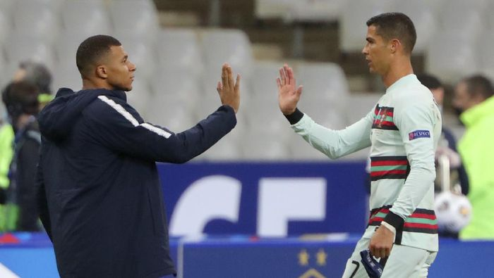 Frances Kylian Mbappe and Portugals Cristiano Ronaldo, right, greet each other at the end of the UEFA Nations League soccer match between France and Portugal at the Stade de France in Saint-Denis, north of Paris, France, Sunday, Oct. 11, 2020. (AP Photo/Thibault Camus)
