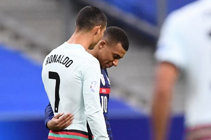 Portugals forward Cristiano Ronaldo (L) speaks with Frances forward Kylian Mbappe (C) during the Nations League football match between France and Portugal, on October 11, 2020 at the Stade de France in Saint-Denis, outside Paris. (Photo by FRANCK FIFE / AFP)