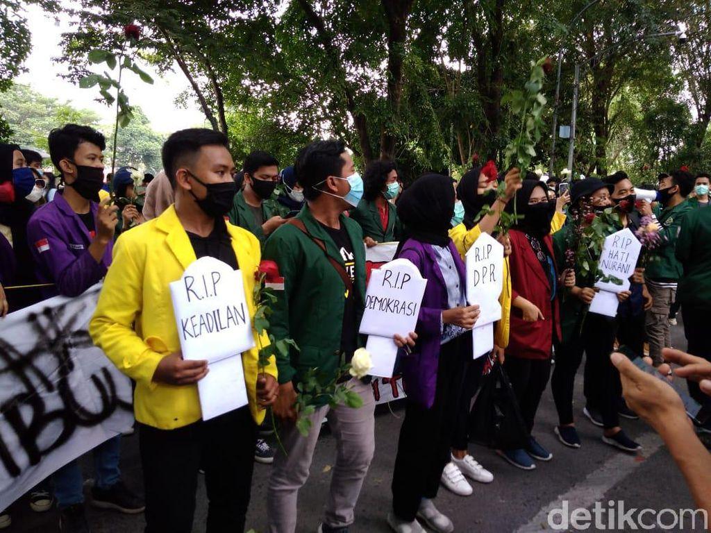 Bawa Batu Nisan, Mahasiswa Demo Tolak Omnibus Law di DPRD Sumut