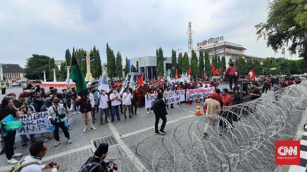 Solo, CNN Indonesia - Ratusan mahasiswa di Solo kembali menggelar aksi unjuk rasa di depan Balaikota Solo, Senin (10/12). Mereka mendesak Presiden Joko Widodo menerbitkan Peraturan Pemerintah Pengganti Undang-undang (Perppu) untuk membatalkan pasal-pasal bermasalah di UU Cipta Kerja (Ciptaker) yang disahkan DPR RI 5 November lalu.