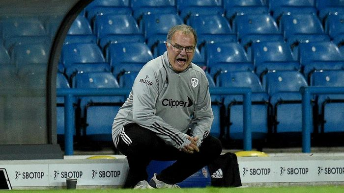 LEEDS, ENGLAND - SEPTEMBER 16: Marcelo Bielsa, Manager of Leeds United gives his team instructions during the Carabao Cup Second Round match between Leeds United and Hull City at Elland Road on September 16, 2020 in Leeds, England. (Photo by Oli Scarff - Pool/Getty Images)